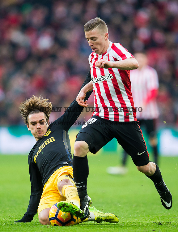 BILBAO, SPAIN - JANUARY 22:  Antoine Griezmann of Atletico Madrid competes for the ball with Iker Muniain of Athletic Club  during the La Liga match between Athletic Club Bilbao and Atletico Madrid at San Mames Stadium on January 22, 2017 in Bilbao, Spain.  (Photo by Juan Manuel Serrano Arce/Getty Images)