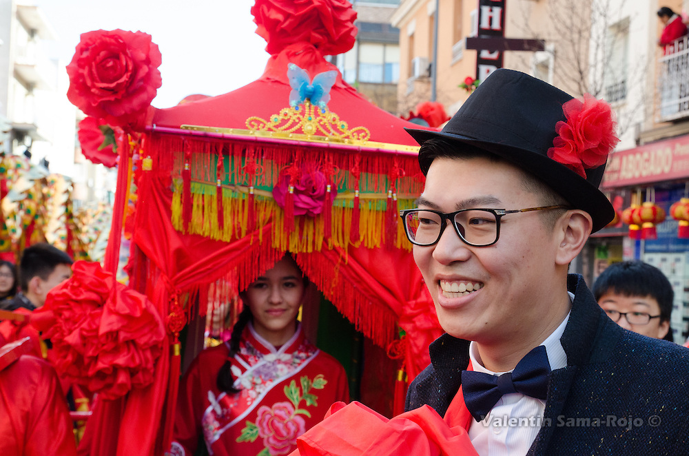 Madrid, Spain. 28th January, 2017. A young man wearing a suit decorated with red flowers made with fabric playing the character of groom. © Valentin Sama-Rojo.