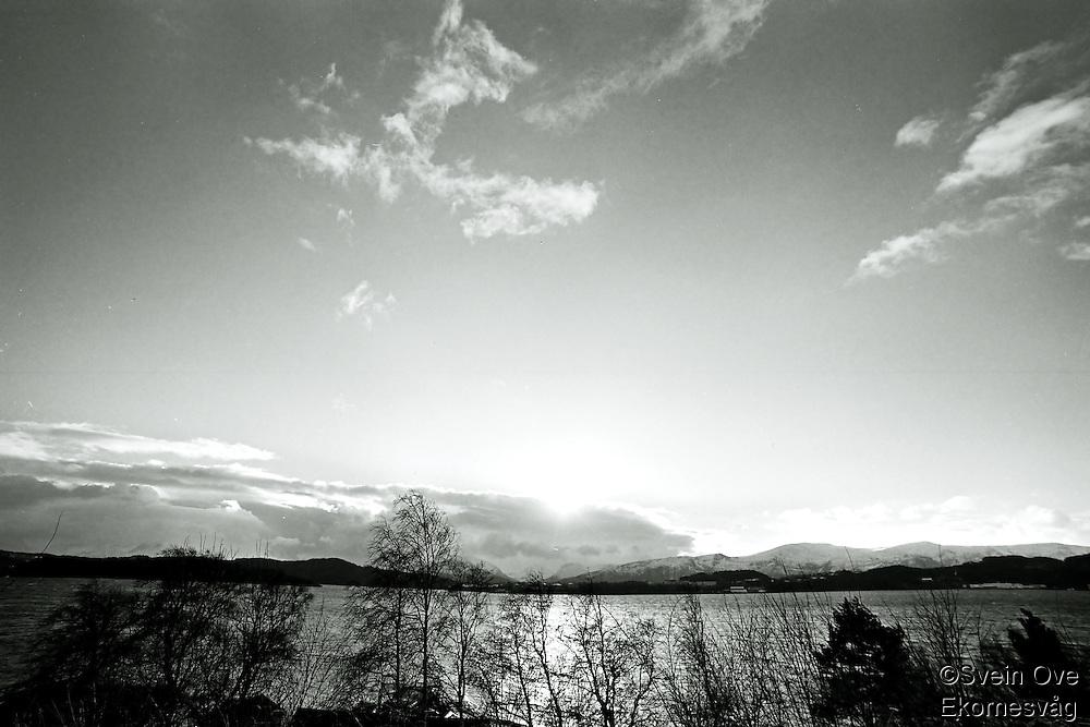 Solskinn over Sunnmørsalpene, Larsgården og Sula.<br /> Foto: Svein Ove Ekornesvåg