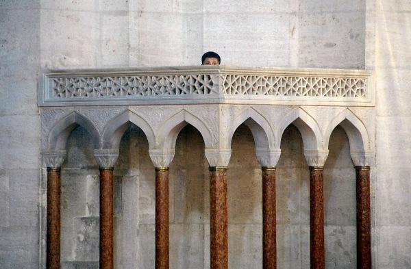 Turkije, Istanbul, 4-6-2011Een kind, kleine jongen, is op de verhoging geklommen waar normaal de imam spreekt in de Suleyman moskee.Foto: Flip Franssen