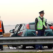 Dodelijk ongeval A27 Blaricum.wrak, kinderspullen, ongeluk, brandweer, politie, afzetting, middengeleider