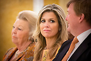 Koningin Maxima reikt Appeltjes van Oranje uit. Met de Appeltjes van Oranje bekroont het Oranje Fonds jaarlijks sociale initiatieven die op succesvolle wijze groepen mensen verbinden. <br /> <br /> Queen Maxima awards the Apples of Orange. The Apples of Orange honors the Oranje Fonds social initiatives annually that connect groups of people successfully.<br /> <br /> Op de foto / On the photo:  Koningin Maxima en koning Willem Alexander / Queen Maxima and King Willem Alexander