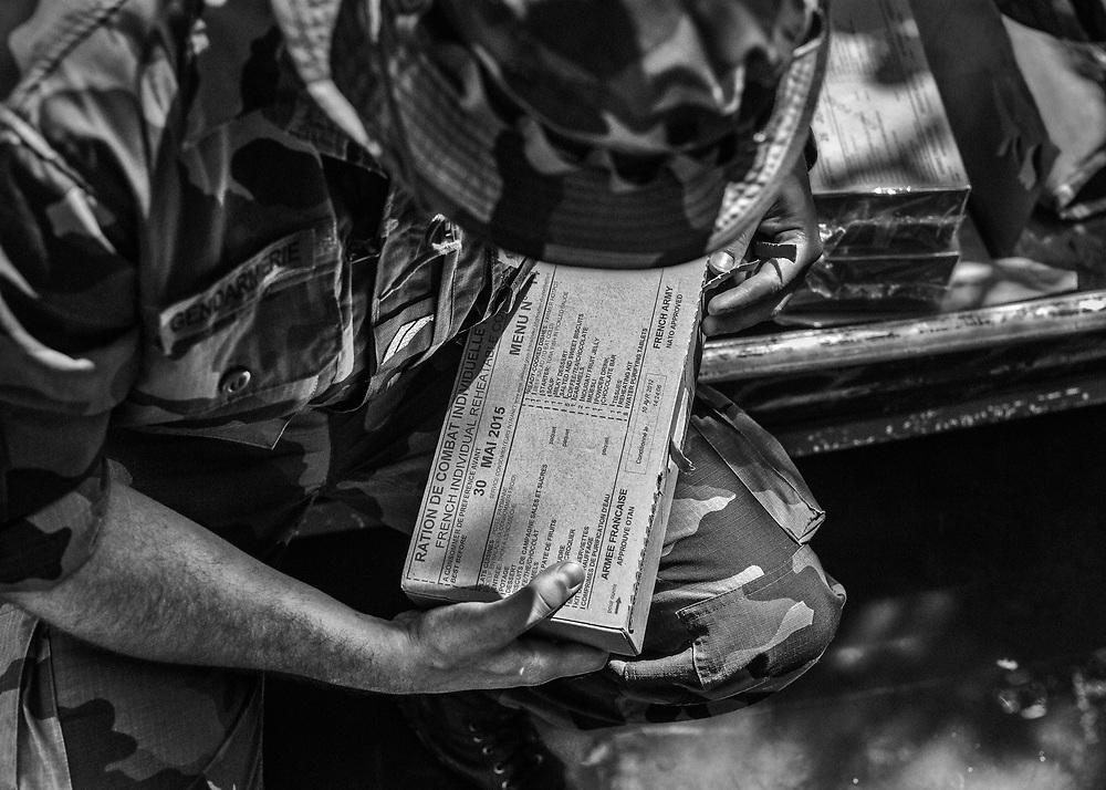 Mission de gendarmerie sur l'Oyapock, Guyane, 2015.<br /> <br /> Deux gendarmes de Camopi accompagnés de leur piroguier amérindien se rendent en tournée d'inspection dans les villages de Trois-Sauts. Sur place, à l'exception du dispensaire et de l'école primaire, il n'existe aucune infra-structure pour les accueillir. Cette mission de quatre jours doit être organisée comme une expédition pour pouvoir survivre en autonomie et mener à bien la mission.