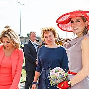 NLD/Zevenhuizen/20150709 -  Koningin Maxima opent het Leontienhuis, een initiatief van oud-wielrenster Leontien Zijlaard-van Moorsel, LeontienZijlaard-van Moorsel met haar dochter Indy manager Fieke Thijs en koningin Maxima