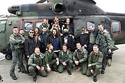 Vertrek bands  met helikopters naar de bevrijdingsfestivals vanaf vliegbasis Gilzerijen<br /> <br /> Op de foto:  3FM-dj Frank van der Lende samen met De Jeugd van Tegenwoordig en De Staat voor de helikopter