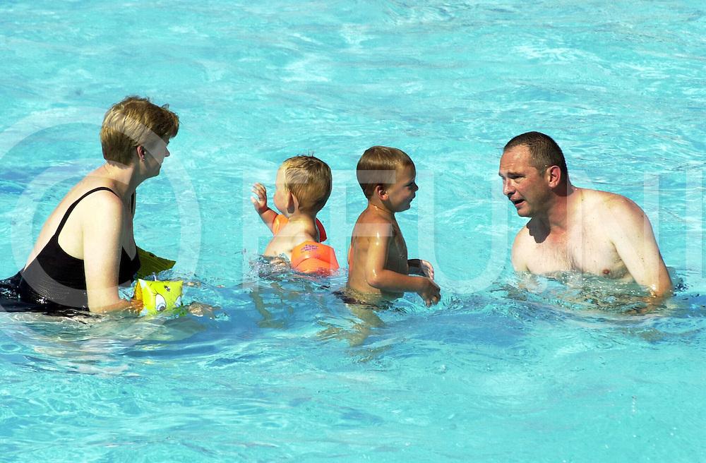 WFA00:ZOMERWARMTE;OMMEN 25AUG2001.een van de warmste zomerdagen van afgelopen zomer bracht menigeen naar het water toe of in de schaduw.om enige verkoeling te krijgen.zoals hier in het zwembad .WFA/fu/str.Fotografie Frank Uijlenbroek