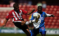 Fotball<br /> Foto: SBI/Digitalsport<br /> NORWAY ONLY<br /> <br /> Southampton v Blackburn Rovers<br /> <br /> FA Barclays Premiership. 21/08/2004.<br /> <br /> Claus Lundekvam clears the ball as Dwight Yorke moves in.