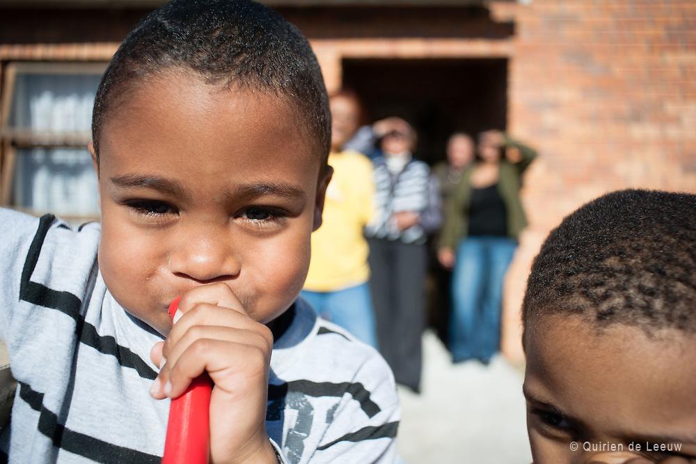 Een jongen blaast op een vuvuzela tijdens het WK voetbal in Zuid Afrika