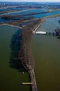 Nederland, Limburg, Gemeente Maasgouw, 07-03-2010; Onder in beeld de Overlaat van Linne (l) met een oude Maasarm daar direct achter, de Maasplassen op het tweede plan zijn het resultaat van het winnen van zand en grint. Onder rechts de Stuw van Linne, met waterkrachtcentrale rechts van de stuw. De enorme meander in de Maas is de Lus van Linne..Linne Spillway (l) with an old branch of river Meuse directly behind it, the lakes on the second plan are the result of the extraction of sand and gravel. Bottom right Linne Weir, with to the right hydroelectric plant. The huge meander in the Meuse is called the Loop of Linne..luchtfoto (toeslag), aerial photo (additional fee required);.foto/photo Siebe Swart