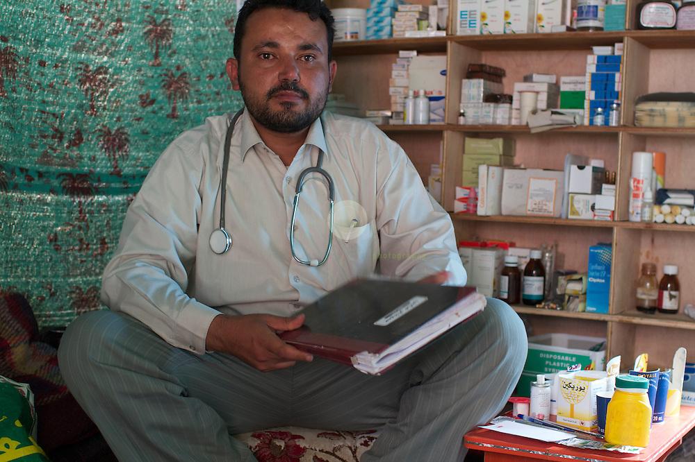 Turmoil in Yemen: ASIA, YEMEN, SANA, 20.06.2011: Dr. Imad al-Shimeri, who runs a drugstore from a tent on Change Square.