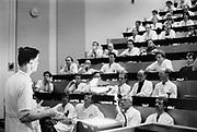 Nederland, Nijmegen, 15-9-1989<br /> Een arts bespreekt mert een aantal collega's, medisch specialisten, een casus, patient, in een collegezaal,hoorzaal, om gezamelijk tot een diagnose of behandelplan te komen.