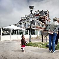 Nederland,Domburg ,30 mei 2008..Strandwandelaars bekijken de duurste onlangs gerenoveerde badpaviljoen appartementencomplex van Nederland. Beach Walkers looking at the most expensive apartment in the Netherlands .