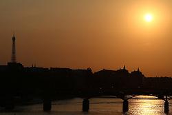 29.04.2011, Paris, Frankreich, FRA, Feature, Pariser Impression, im Bild  Sonnenuntergang am Pont des Arts mit Eifelturm, EXPA Pictures © 2011, PhotoCredit: EXPA/ nph/  Straubmeier       ****** out of GER / SWE / CRO  / BEL ******