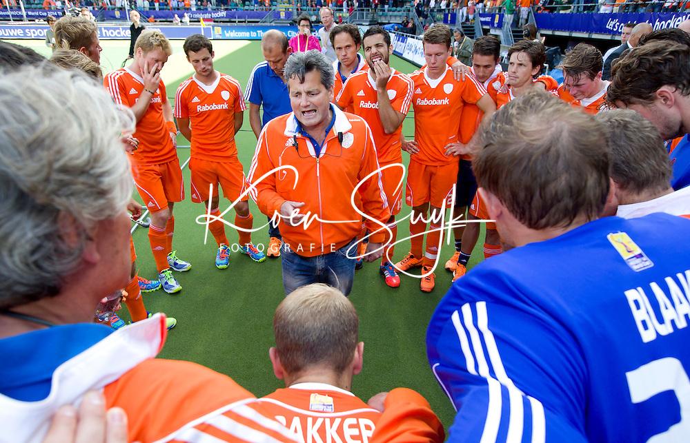 DEN HAAG - Paul van Ass spreekt na de nederlaag het team toe na de finale van de Rabobank Worldcup Hockey , tussen de mannen van Nederland en Australie. ANP KOEN SUYK
