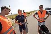 Aniek Rooderkerken bespreekt de testrun met het team. In Battle Mountain, Nevada, oefent het team op een weggetje. Het Human Power Team Delft en Amsterdam, dat bestaat uit studenten van de TU Delft en de VU Amsterdam, is in Amerika om tijdens de World Human Powered Speed Challenge in Nevada een poging te doen het wereldrecord snelfietsen voor vrouwen te verbreken met de VeloX 7, een gestroomlijnde ligfiets. Het record is met 121,44 km/h sinds 2009 in handen van de Francaise Barbara Buatois. De Canadees Todd Reichert is de snelste man met 144,17 km/h sinds 2016.<br /> <br /> With the VeloX 7, a special recumbent bike, the Human Power Team Delft and Amsterdam, consisting of students of the TU Delft and the VU Amsterdam, wants to set a new woman's world record cycling in September at the World Human Powered Speed Challenge in Nevada. The current speed record is 121,44 km/h, set in 2009 by Barbara Buatois. The fastest man is Todd Reichert with 144,17 km/h.