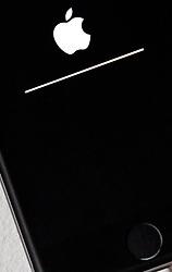 THEMENBILD - ein Apple Logo mit Ladebalken während eines System Updates auf einem Display eines iPhone, aufgenommen am 02. Feber 2017, Kaprun, Österreich // An Apple logo with loading bar during a system update on a display of an iPhone in Kaprun, Austria on 2017/02/02. EXPA Pictures © 2017, PhotoCredit: EXPA/ JFK
