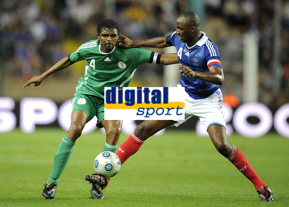 Fotball<br /> Frankrike v Nigeria<br /> Foto: DPPI/Digitalsport<br /> NORWAY ONLY<br /> <br /> FOOTBALL - FRIENDLY GAMES 2008/2009 - FRANCE v NIGERIA - 2/06/2009 <br /> <br /> NWANKWO KANU (NIG) / PATRICK VIEIRA (FRA)