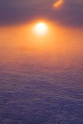 Pôr-do-sol sobre as nuvens visto a partir de uma janela de avião. FOTO: Jefferson Bernardes/Preview.com