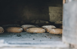 THEMENBILD - Brotlaibe im Holzbackofen, aufgenommen am 10. April 2020 in Kaprun, Oesterreich // Loaves of bread in a wood-burning oven, in Kaprun, Austria on 2020/04/10. EXPA Pictures © 2020, PhotoCredit: EXPA/Stefanie Oberhauser