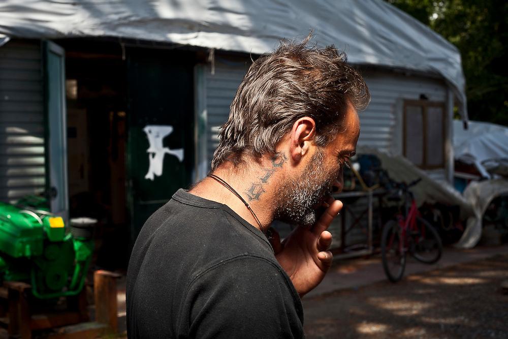 916. Prefisso telefonico di San Diego dal quale Gianfranco Franciosi riceveva le telefonate dei narcos. Il tatuaggio sul collo è un simbolo distintivo che Gianni e pochi altri avevano per identificarsi.
