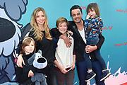 Premiere Woezel & Pip Op zoek naar de Sloddervos in Pathe Tuschinski, Amsterdam<br /> <br /> Op de foto:  Dinand Woesthoff met partner Lucy en kinderen