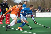 BLOEMENDAAL  - Roel Bovendeert (Bldaal)  met Sander de Wijn (Kampong)  . Bloemendaal-Kampong (2-1).  hoofdklasse hockey mannen.   COPYRIGHT KOEN SUYK