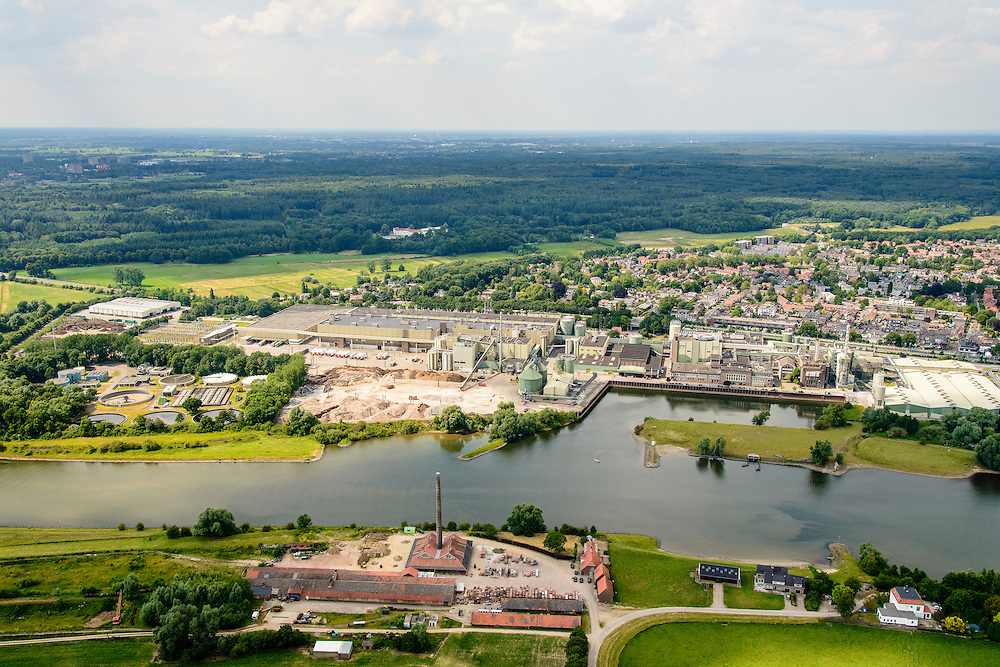 Nederland, Gelderland, Gemeente  Overbetuwe, 26-06-2013; Heteren met steenfabriek aan de Neder-rijn. Aan de overzijde van de rivier de papierfabriek van Parenco in Renkum<br /> Brickworks at the border of the Lower Rhine. Paper mill.<br /> luchtfoto (toeslag op standaard tarieven);<br /> aerial photo (additional fee required);<br /> copyright foto/photo Siebe Swart.
