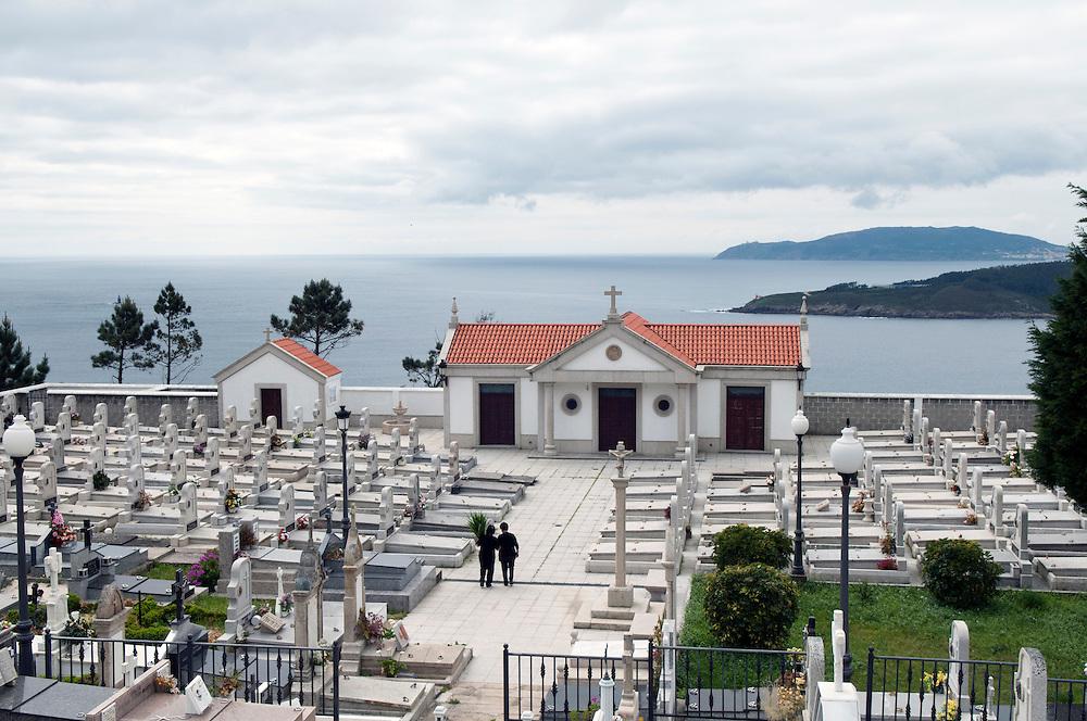 Ein Friedhof an der galizischen Biskaya - galicisch Golfo de Biscaia - zwischen den Ortschaften  A Igrexa  und Gures an der AC-660 gelegen. Provinz A Coruña . Im HINTERGRUNG Kap Fisterre, Cabo Fisterre,    englisch
