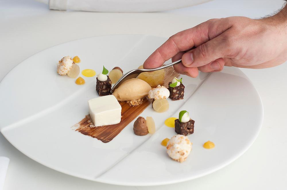 Nederland, Schoonloo, 22 okt 2011.Mooi nagerecht in Restaurant Herberg de Loohoeve wordt opgemaakt..Foto(c): Michiel Wijnbergh