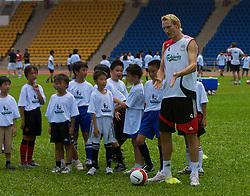 Hong Kong, China - Wednesday, July 25, 2007: Liverpool's Sami Hyypia during a coaching session with local children at the Siu Sai Wan Sports Ground in Hong Kong. (Photo by David Rawcliffe/Propaganda)