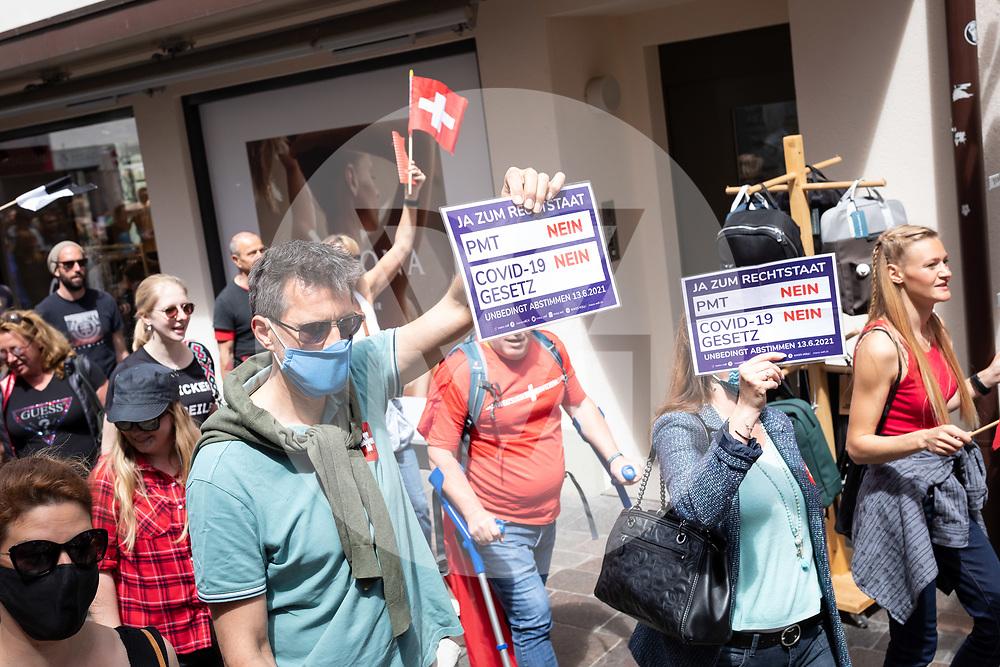 SCHWEIZ - AARAU - Eine unbewilligte Demonstration gegen die Coronamassnahmen und die Corona-Politik. Zu dieser unbewilligten Demonstration wurde über die Sozialen Medien aufgerufen. Ursprünglich hat das 'Aktionsbündnisses Aargau-Zürich' (ABAZ) versucht in Aarau und Wettingen eine Demonstration anzumelden, beide wurden von den Behörden nicht bewilligt. - 08. Mai 2021 © Raphael Huenerfauth - https://www.huenerfauth.ch
