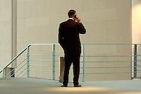 17 NOV 2004, BERLIN/GERMANY:<br /> Hans Eichel, SPD, Bundesfinanzminister, telefoniert mit dem Handy, vor der Uebergabe des Jahresgutachtens 2004/2005 des Sachverstaendigenrates zur Begutachtung des gesamtwirtschaftlichen Entwicklung, Bundeskanzleramt<br /> IMAGE: 20041117-02-005<br /> KEYWORDS: Übergabe, Sachverständigenrat, Telefon, phone, telefonieren, Ruecken, Rücken