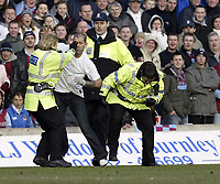 Fotball<br /> FA-cup 2005<br /> Burnley v Blackburn<br /> 20. februar 2004<br /> Foto: Digitalsport<br /> NORWAY ONLY<br /> A female Police officer tackles a fan who invaded the pitch