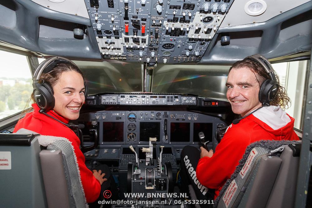 NLD/Amsterdam/20151021 - Ploegpresentatie Corendon schaatsploeg, Marrit Leenstra en Bob de Jong in een cockpit