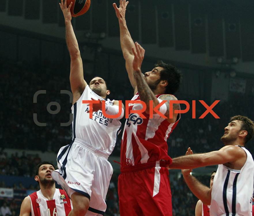 Anadolu Efes's Jordan Farmar (2ndL) during their Turkish Airlines Euroleague Basketball playoffs Game 5 Olympiacos between Anadolu Efes at SEF Indoor Hall in Piraeus, in Greece, Friday, April 26, 2013. Photo by TURKPIX