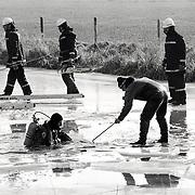 NLD/Eemnes/19940219 - Duikers zoeken naar lijk onder het ijs Eemnesservaart Eemnes