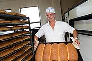 """James Tilander visar upp bröden som ska bli hans storsäljare """"Astoria Cinnamon Toast"""". En typ av skorpa med kanel och strösocker. Home Bakery sänder skorporna över hela USA, från New York City till Alaska. <br /> <br /> James Tilander är bagare som driver bageriet Home Bakery i Astoria, Oregon. 1910 startades Home Bakery av tre finska emigranter Elmer Wallo, Charlie Jarvanin och Arthur A. Tilander. James Tilander är barnbarn till Arthur A. Tilander.<br /> <br /> Foto: Christina Sjögren"""