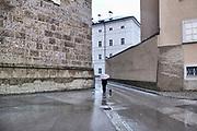 Oostenrijk, Salzburg, 1-6-2013 In de altstat,de oude historische binnenstad. Een vrouw loopt met haar hondje. Foto: ANP/ Hollandse Hoogte/ Flip Franssen