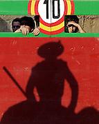 V. 11. Valencia, 21/07/05. Varios asistentes a la corrida celebrada esta tarde con motivo de la feria de julio en el coso valenciano, contemplan la faena de los picadores con el primer astado del torero Enrique Ponce. EFE/Kai Försterling.