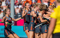 ANTWERPEN -  Kelly Jonker (ned) heeft de stand op 1-0 gebracht tijdens de finale  dames  Nederland-Duitsland bij het Europees kampioenschap hockey.  links Lauren Stam (Ned) en Sanne Koolen (Ned)  COPYRIGHT  KOEN SUYK