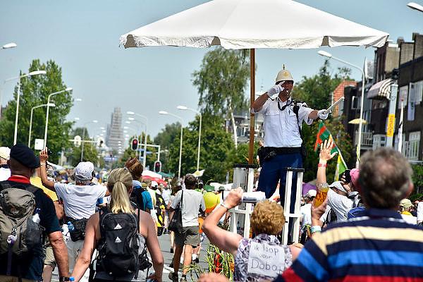 Nederland, Nijmegen, 18-7-2014Het vierdaagselegioen loopt over de Via Gladiola Nijmegen binnen. Na een feestelijke intocht volgt de uiteindelijke finish en het ophalen van het kruisje, vierdaagsekruisje, op de Wedren. Vanwege de vliegramp boven de Oekaine is de intocht sterk versoberd. Geen marsmuziek of muziek van groepen.The International Four Day Marches Nijmegen (or Vierdaagse) is the largest marching event in the world. It is organized every year in Nijmegen mid-July as a means of promoting sport and exercise. Participants walk 30, 40 or 50 kilometers daily, and on completion, receive a royally approved medal, Vierdaagsekruis. ~The participants are mostly civilians, but there are also a few thousand military participants. In 2004 a restriction on the maximum number of registrations is 45,000 registrations. More than a hundred countries have been represented in the Marches over the years. ~Foto: Flip Franssen/Hollandse Hoogte