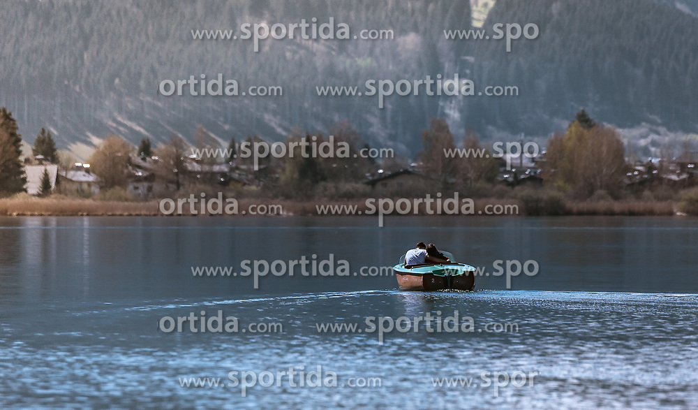 THEMENBILD - ein junges Paar fährt mit einem Motorboot auf dem Zeller See, aufgenommen am 20. April 2019, Zell am See, Österreich // a young couple is travelling with a motorboat on the Zeller lake on 2019/04/20, Zell am See, Austria. EXPA Pictures © 2019, PhotoCredit: EXPA/ Stefanie Oberhauser