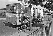 Nederland, Nijmegen, 15-9-1979Voor een school staat de wagen van de schooltandarts. Kinderen wachten buiten op hun beurt.Foto: Flip Franssen/Hollandse Hoogte