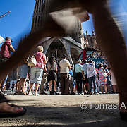 The Sagrada Família monument‒the icon of the city‒receives an average of 9 million visitors a year; that amounts to 25,000 tourists per day. Approximately the same number of residents are living in that neighbourhood.