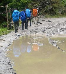 THEMENBILD - Trekkingtour in Nepal um die Annapurna Gebirgskette im Himalaya Gebirge. Das Bild wurde im Zuge einer 210 Kilometer langen Wanderung im Annapurna Gebiet zwischen 01. September 2012 und 15. September 2012 aufgenommen. im Bild Wanderer // THEME IMAGE FEATURE - Trekking in Nepal around Annapurna massif at himalaya mountain range. The image was taken between september 1. 2012 and september 15. 2012. Picture shows Hiker, NEP, EXPA Pictures © 2012, PhotoCredit: EXPA/ M. Gruber