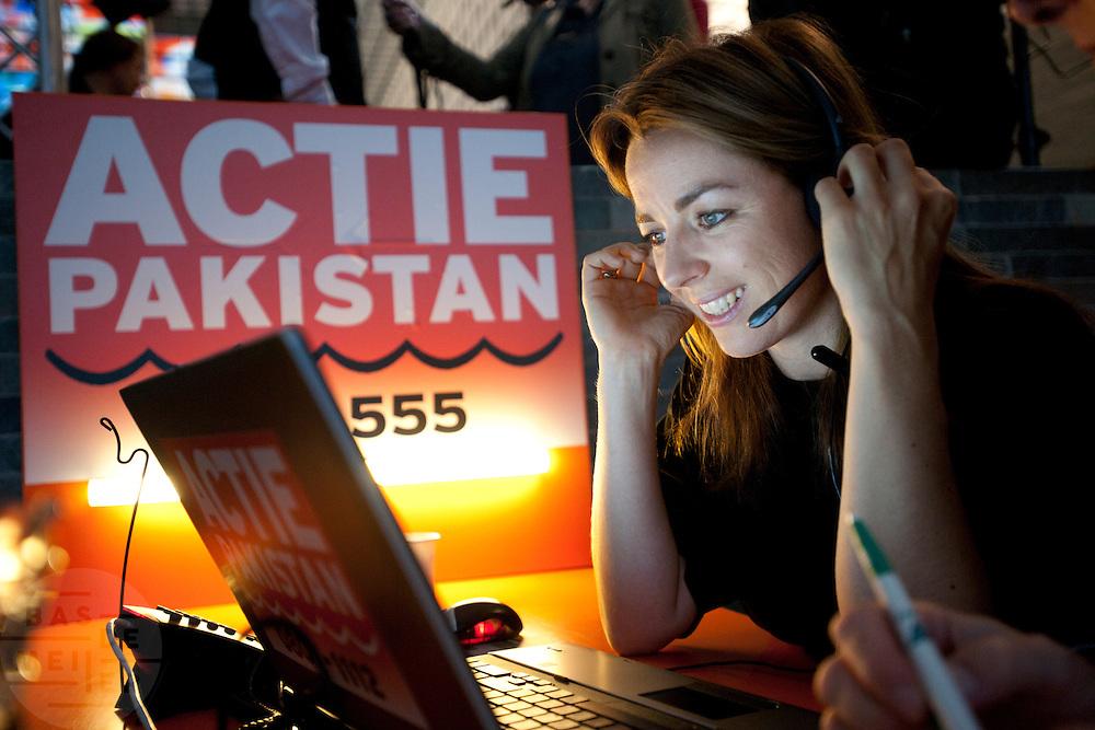 Marianne Thieme van de Partij voor de Dieren neemt een telefoontje aan voor de actie voor Pakistan. In het Nederlands Instituut voor Beeld en Geluid in Hilversum verzamelt een telefoonteam de donaties voor de actie van de Samenwerkende Hulporganisaties (SHO) voor de watersnoodramp in Pakistan. Via een televisieactie worden Nederlanders opgeroepen om geld te geven via Giro 555. Marco Borsato en Jan van Doggenaar van de SHO gaven op donderdagochtend de aftrap voor de actie.<br /> <br /> At the museum for media in Hilversum a call center is taking calls for a donation to the victims of the flooding in Pakistan. The cooperation of aid reliefs is asking people in The Netherlands to donate. Famous Dutchmen are supporting the fund raising. Amongst them is Marianne Thieme, leader of the Dutch party for animals PvdD.
