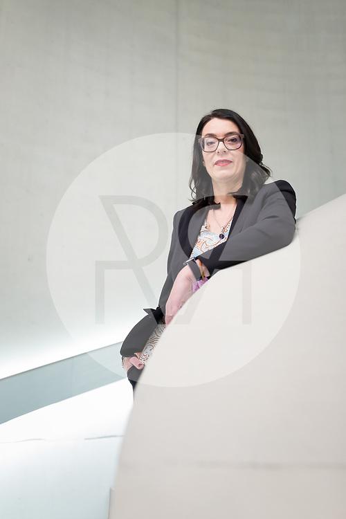 SCHWEIZ - ZÜRICH - SRF-Direktorin Nathalie Wappler auf einer Treppe im neuen Newsroom - 18. Dezember 2019 © Raphael Hünerfauth - http://huenerfauth.ch