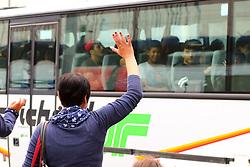 05.09.2015, Westbahnhof, Wien, AUT, Flüchtlinge auf den Weg durch die Staaten der EU, im Bild eine Frau winkt zu Flüchtlingen in einem Bus // Immigrants from the Middle Eastern countries and Africa arrived at the Railway station in Vienna, Austria on 2015/09/05. EXPA Pictures © 2015, PhotoCredit: EXPA/ Sebastian Pucher