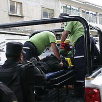 TOLUCA, México.- Una patrulla de la Agencia de Seguridad Estatal (ASE), choco, esta tarde, contra dos autos en el cruce de Andres Quintana Roo y Plutarco Gonzalez, resultando una opolicia lesionada, misma que viajaba en la parte trasera de la unidad y que fue atendida por paramedicos del Servicio de Urgencias del Estado de México (SUEM) y trasladada al centro medico del ISSEMYM. Agencia MVT / Jose Hernandez. (DIGITAL)