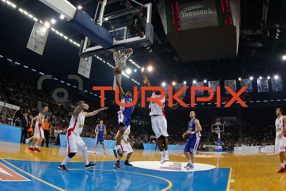 Anadolu Efes's Dontaye Draper (C) and Olympiacos Piraeus's Bryant Dunston (3ndR) during their Turkish Airlines Euroleague Basketball Top 16 Round 5 match Anadolu Efes between Olympiacos Piraeus at Abdi ipekci arena in Istanbul, Turkey, Thursday January 29, 2015. Photo by Aykut AKICI/TURKPIX
